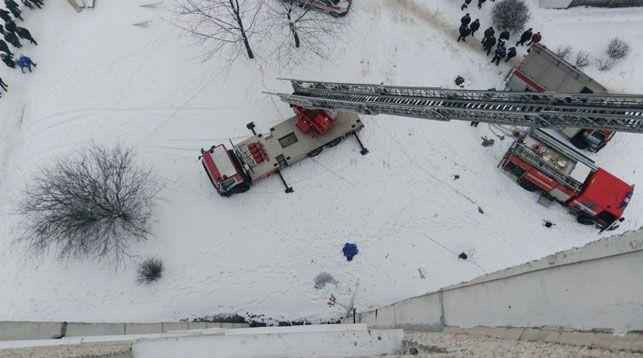 Труп женщины обнаружили под окнами минской многоэтажки, где горела квартира