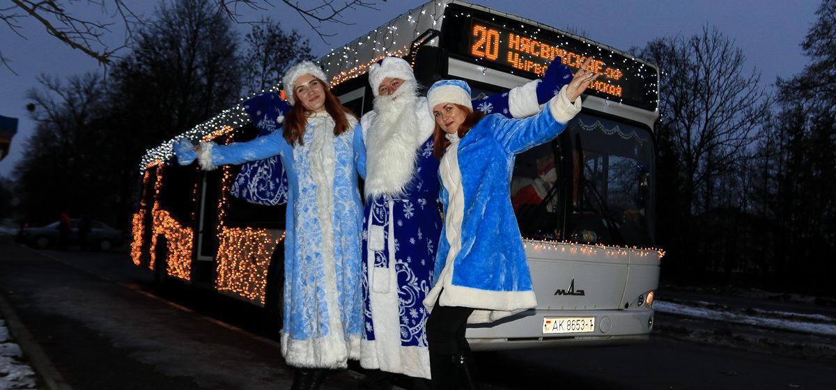 Фотофакт. Автобус с Дедом Морозом и Снегурочками в Барановичах