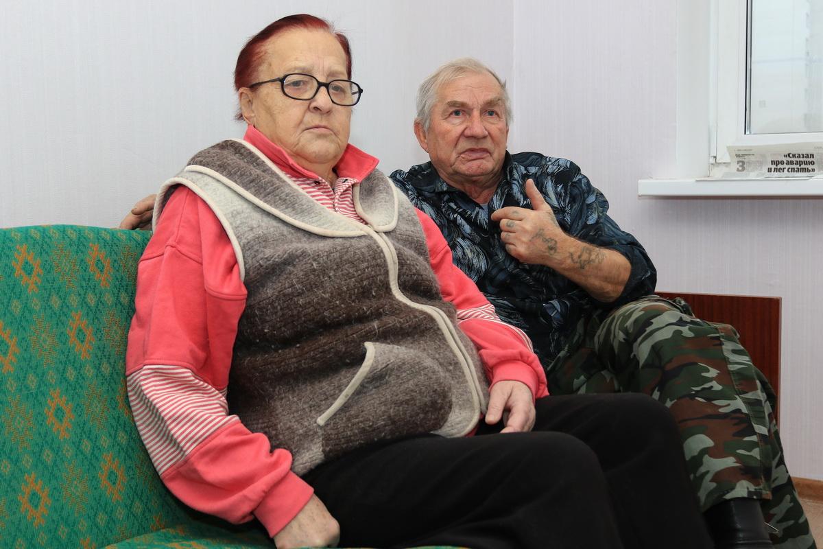 Юрий и Леонида Дребе- зовы распаковывают плиту в новой квартире.  Фото: Александр ЧЕРНЫЙ