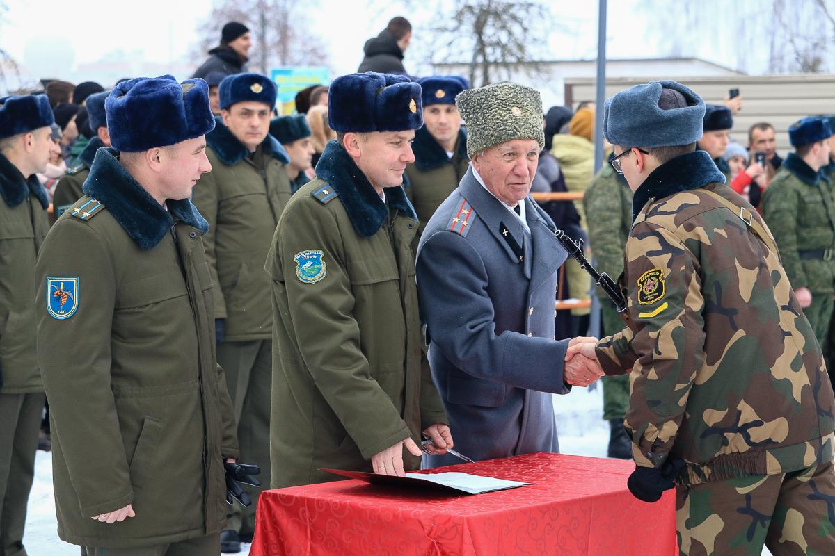 Ветеран 740-го зенитного полка Иван Шамрай поздравляет новобранца с принятием присяги. Фото: Александр ЧЕРНЫЙ, Intex-press