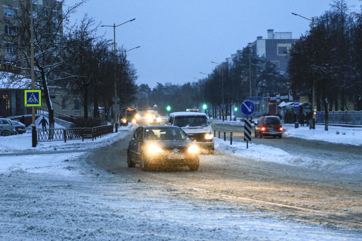Заснеженные дороги по улице Ленина. Фото: Александр ЧЕРНЫЙ