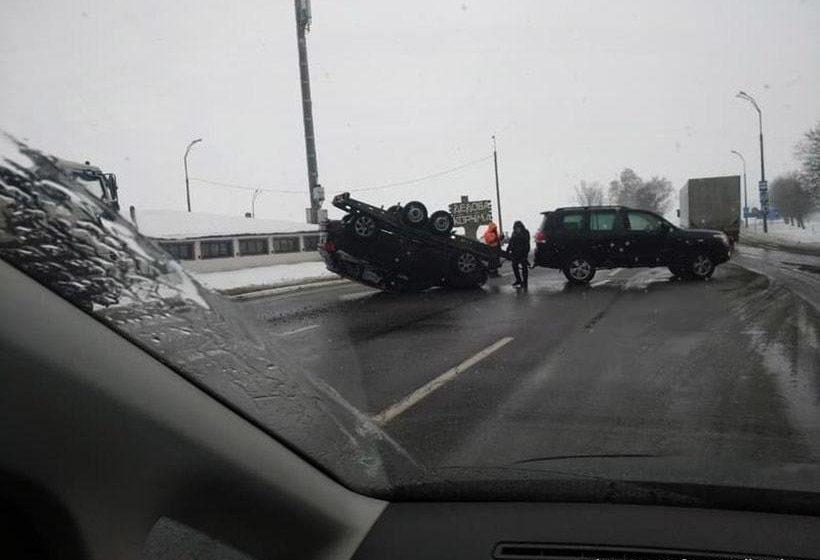 На выезде из Минска на P1 пятикилометровая пробка: перевернулся лафет с Audi
