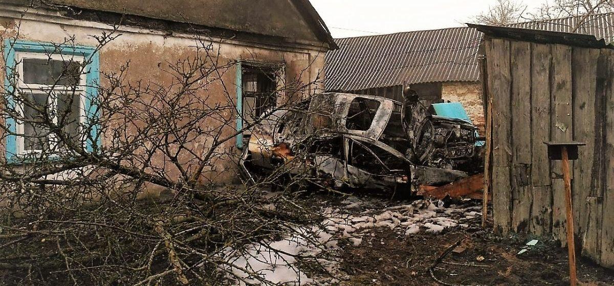 На Гродненщине Volkswagen вылетел с дороги, пробил забор, врезался в дом и загорелся