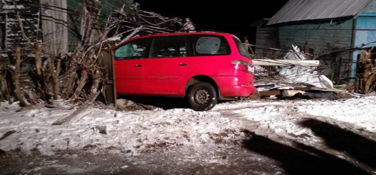 В Бобруйске автомобилистка сбила двух пешеходов и врезалась в дом. Есть погибший