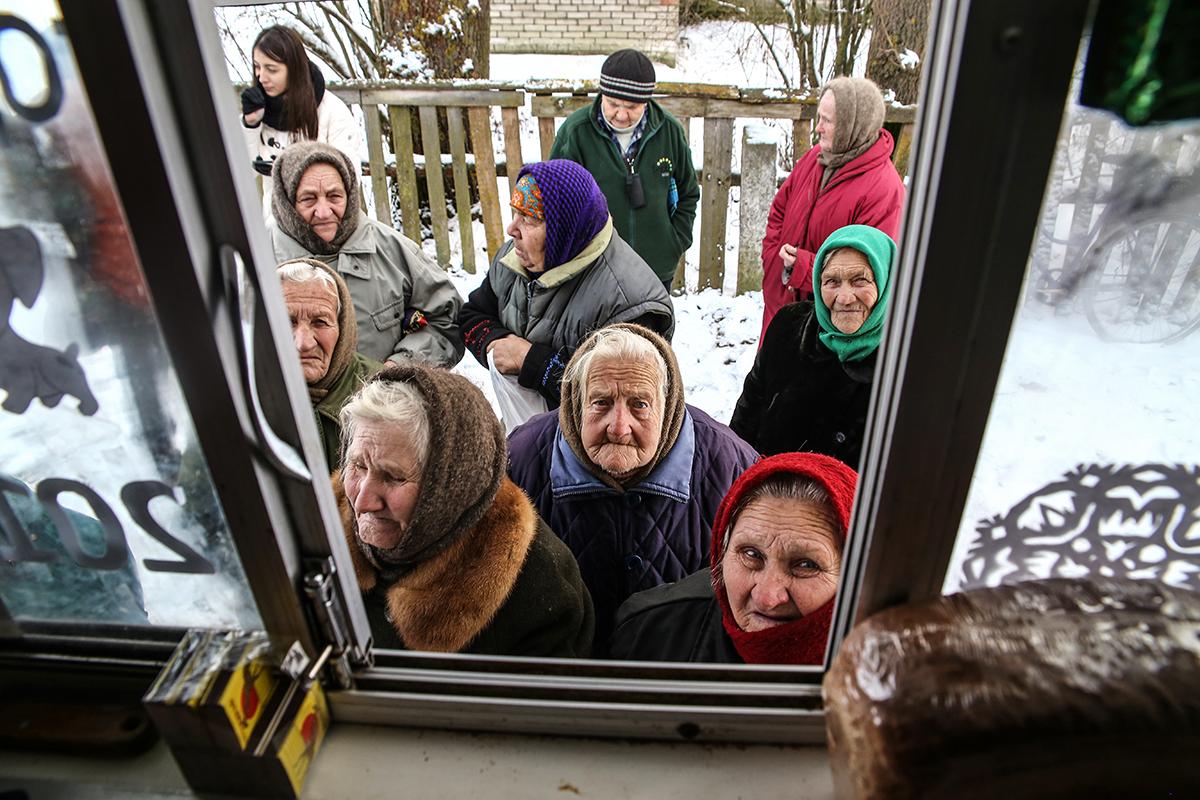Очередь бабушек у автолавки Барановичского РАЙПО, у которых в деревне закрылся единственный магазин. Фото: Евгений ТИХАНОВИЧ