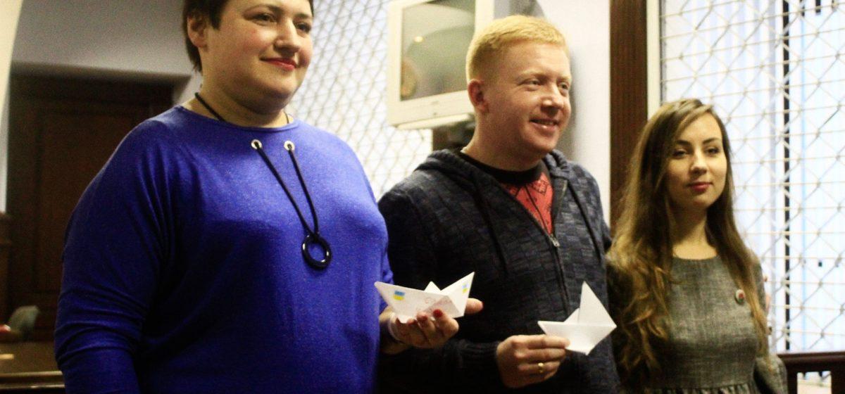 Активистов, которые принесли к посольству России бумажные кораблики, приговорили к большим штрафам