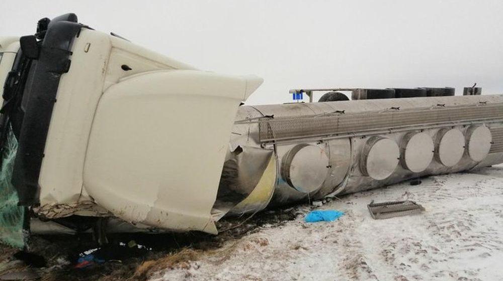 На МКАД-2 молоковоз вылетел в кювет и опрокинулся на бок (фото)