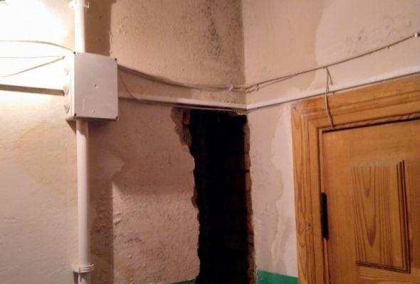 Жители пятиэтажки в Барановичах: «На площадках вода стоит, стены все мокрые»