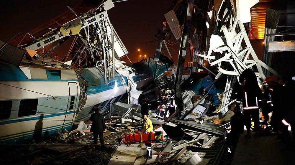 В Анкаре скоростной поезд сошел с рельсов и столкнулся с локомотивом, есть погибшие и раненые (фото)