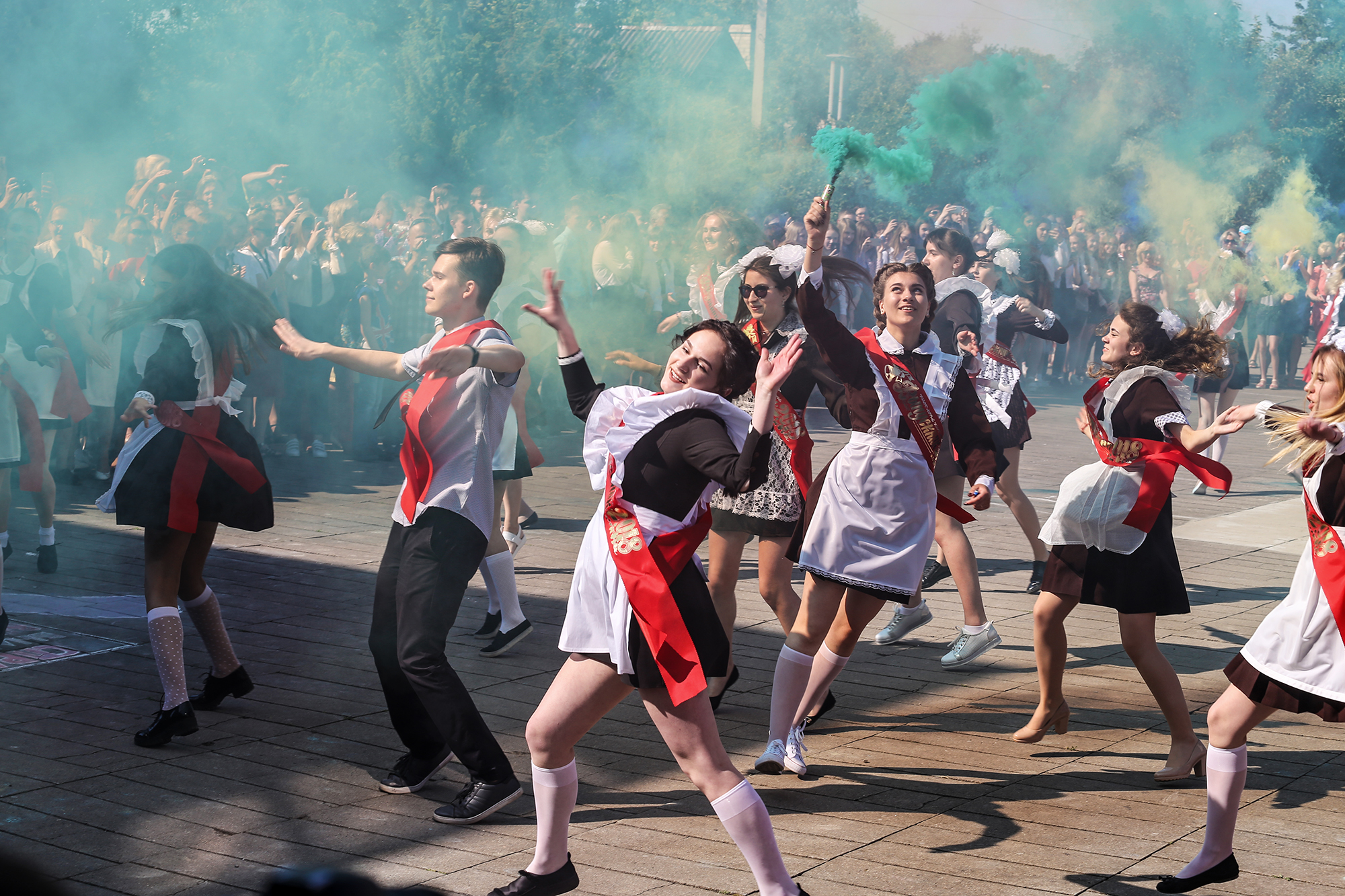 Танцевальный флешмоб от выпускников лицея на последнем звонке. Фото: Евгений ТИХАНОВИЧ