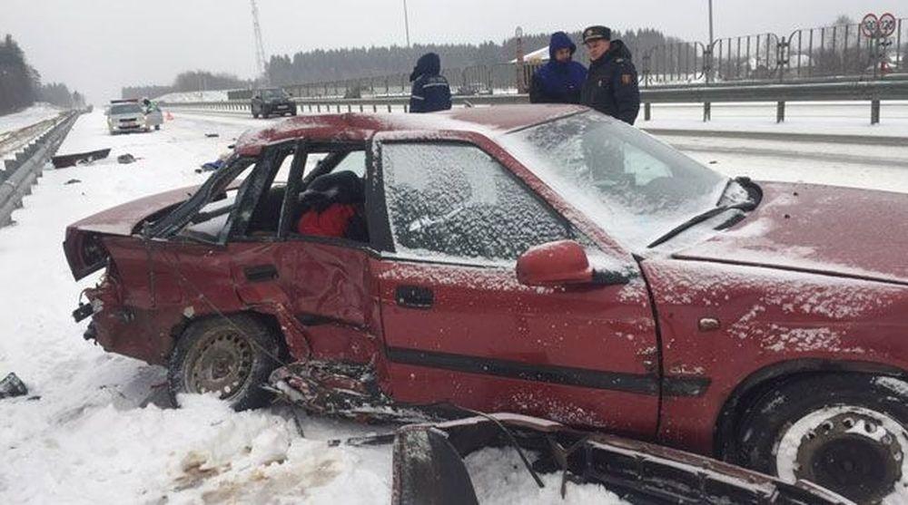 В Минском районе 19-летний водитель на Daewoo столкнулся с грузовиком, погибли его отец и бабушка