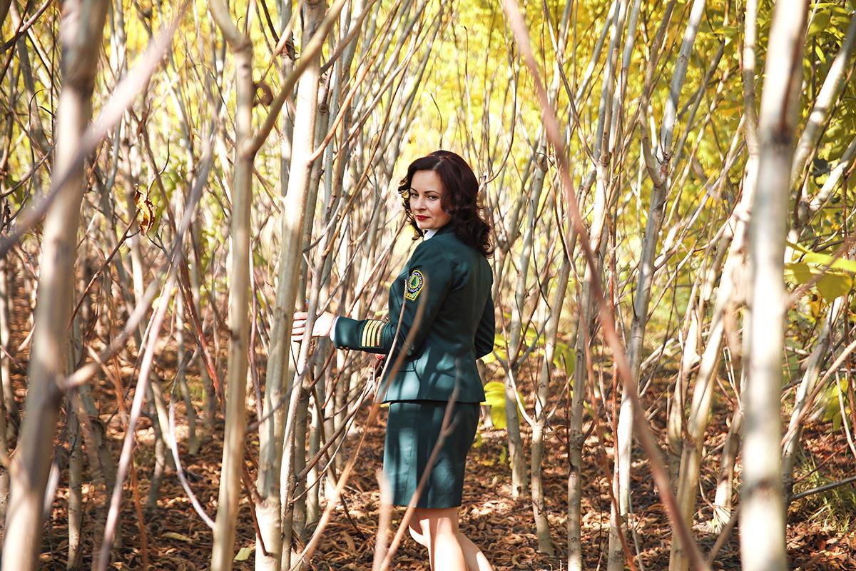 Работник Барановичского лесхоза Елена Ломская подсчитывает деревья в питомнике. Фото: Евгений ТИХАНОВИЧ