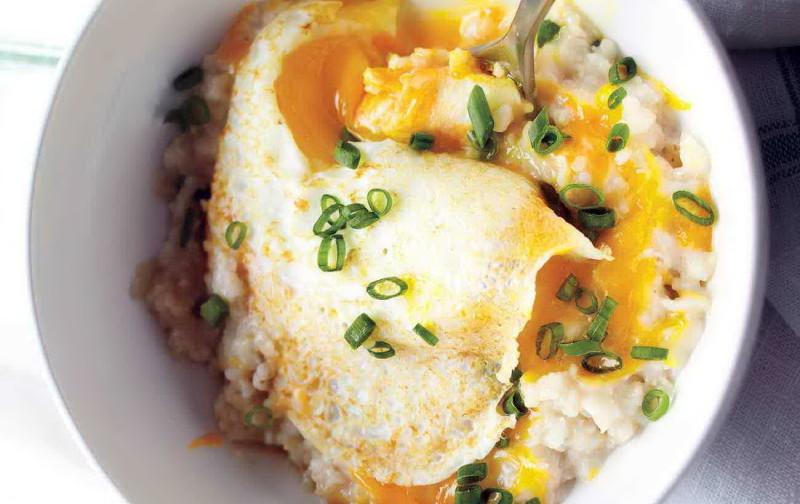 Вкусный завтрак. Острая овсянка с яйцом