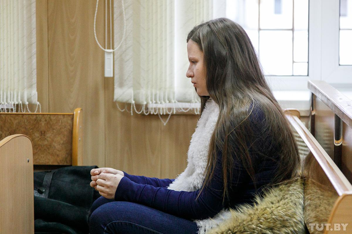 Как и на предыдущих заседаниях, Екатерина Комар сидит на первой лавке. Она не под стражей. Поддержать девушку пришла мама, фото: Ольга Шукайло, tut.by