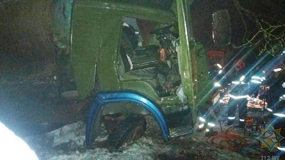 Под Слуцком водитель КАМАЗа уснул за рулем, съехал с дороги и врезался в дерево