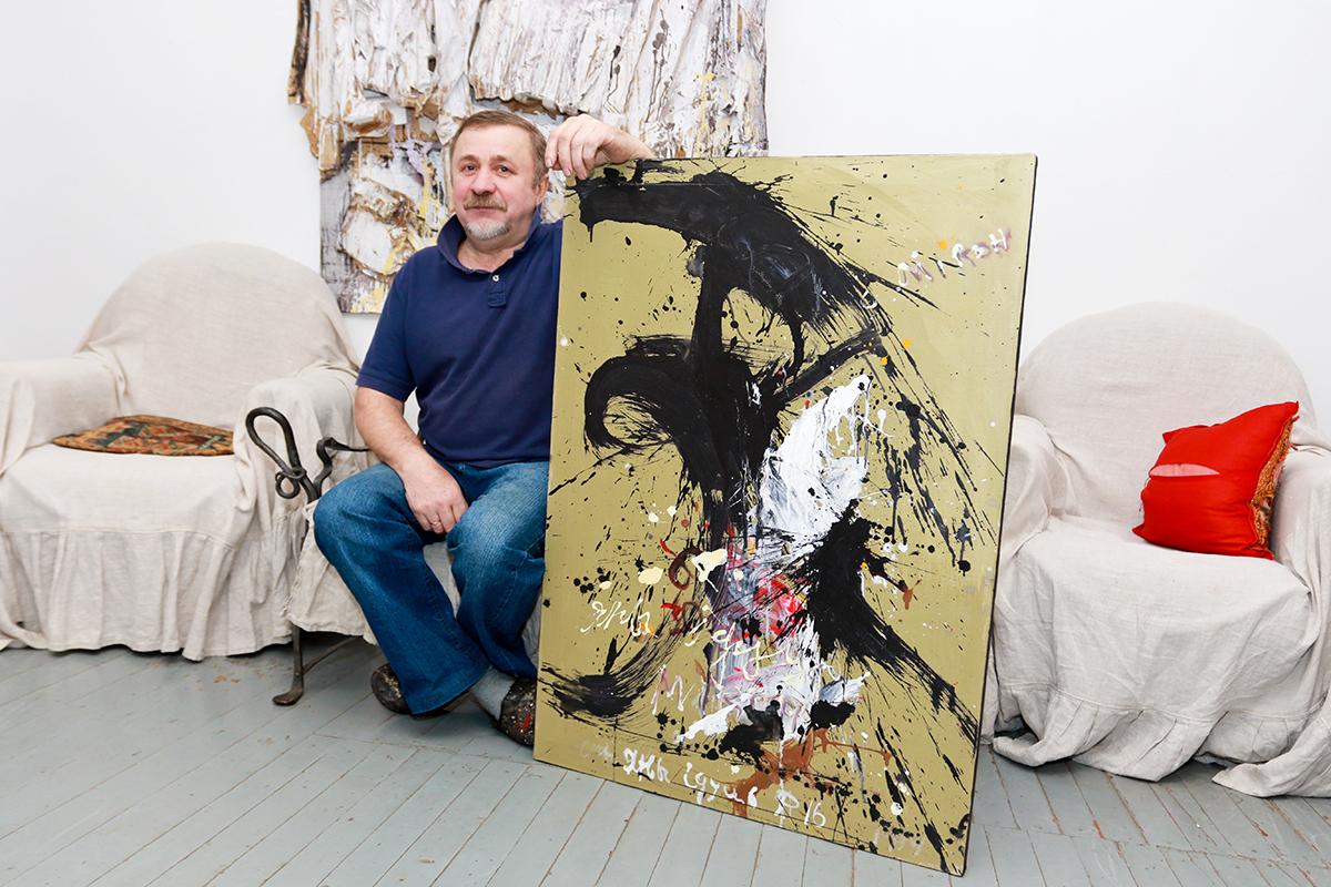 Алесь Фалей со своей картиной «Они идут». Фото: Александр ЧЕРНЫЙ