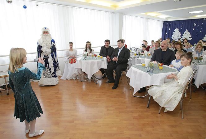 31 декабря 2009 года. Александр Лукашенко с сыновьями Виктором, Дмитрием и Николаем во время посещения Детского дома смешанного типа №7 «СемьЯ» в Минске.