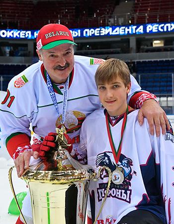 7 января 2018 года. Александр Лукашенко поздравляет сына Николая со вторым местом на турнире «Золотая шайба».
