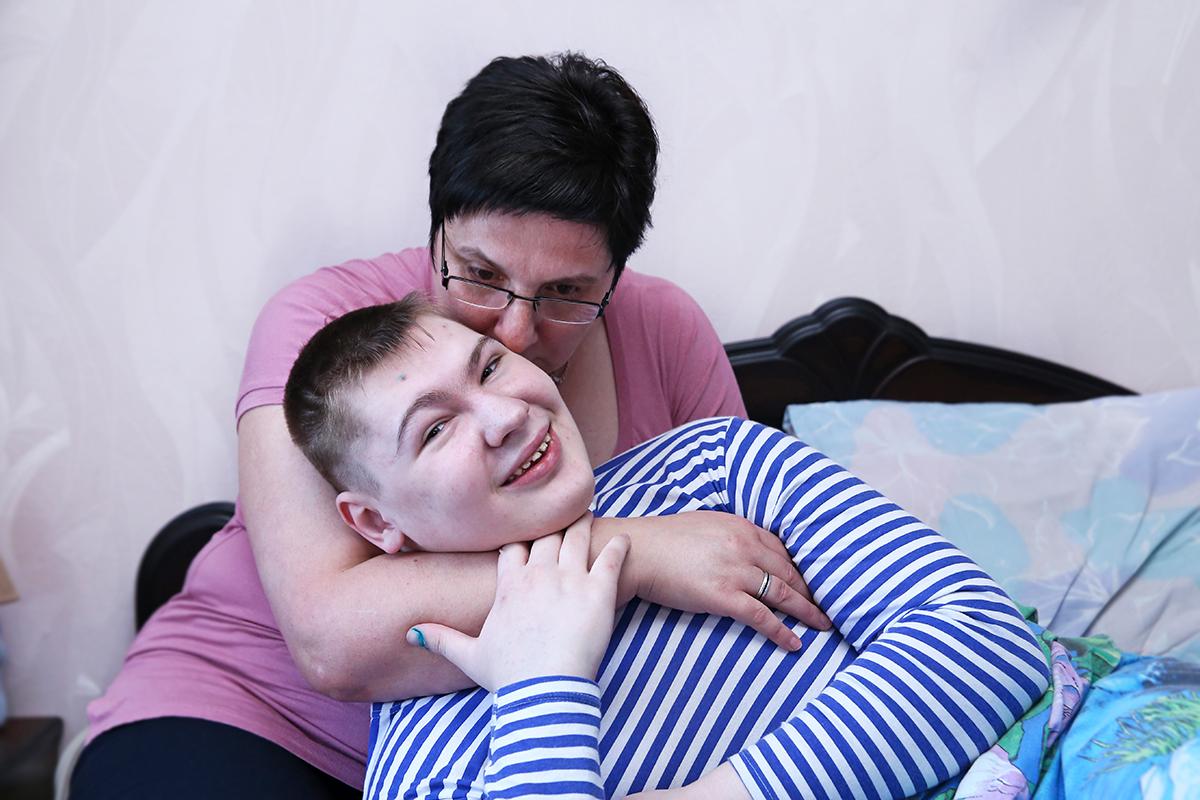 Елена Фурса 17 лет в одиночку растит сына-инвалида, который страдает тяжелой формой эпилепсии, не может самостоятельно ходить и кушать. Фото: Евгений ТИХАНОВИЧ