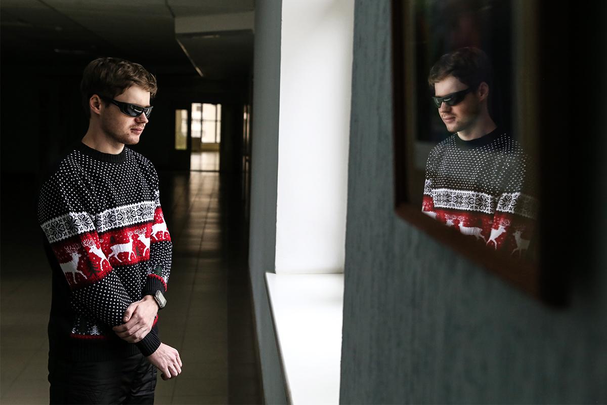 24-летний Дмитрий Уваров, у которого врожденная катаракта обоих глаз и II группа инвалидности. Фото: Евгений ТИХАНОВИЧ