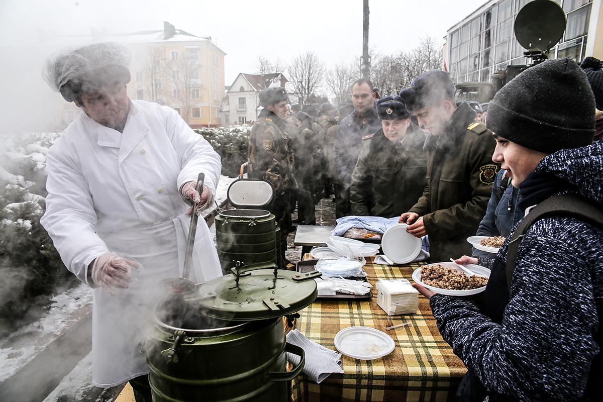 Жителей города бесплатно угощают солдатской кашей и чаем на праздновании 75-летнего юбилея 127-й гвардейской бригады. Фото: Евгений ТИХАНОВИЧ