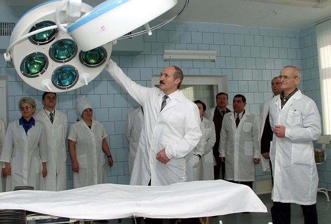 31 декабря 2002 года. Александр Лукашенко на открытии Центральной районной больницы в городе Костюковичи Могилевской области.