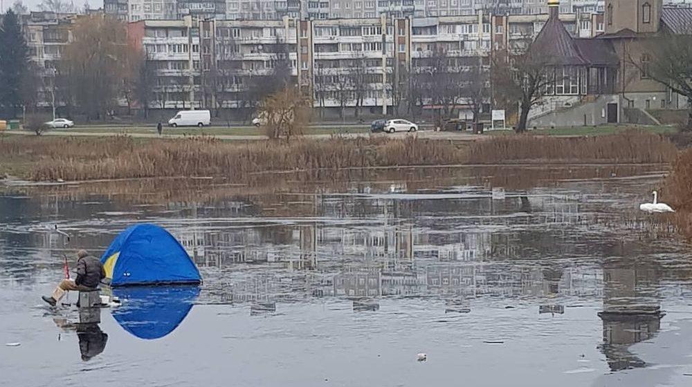 Фотофакт. В Барановичах на Светиловском озере мужчина рыбачил на тонком льду в плюсовую погоду