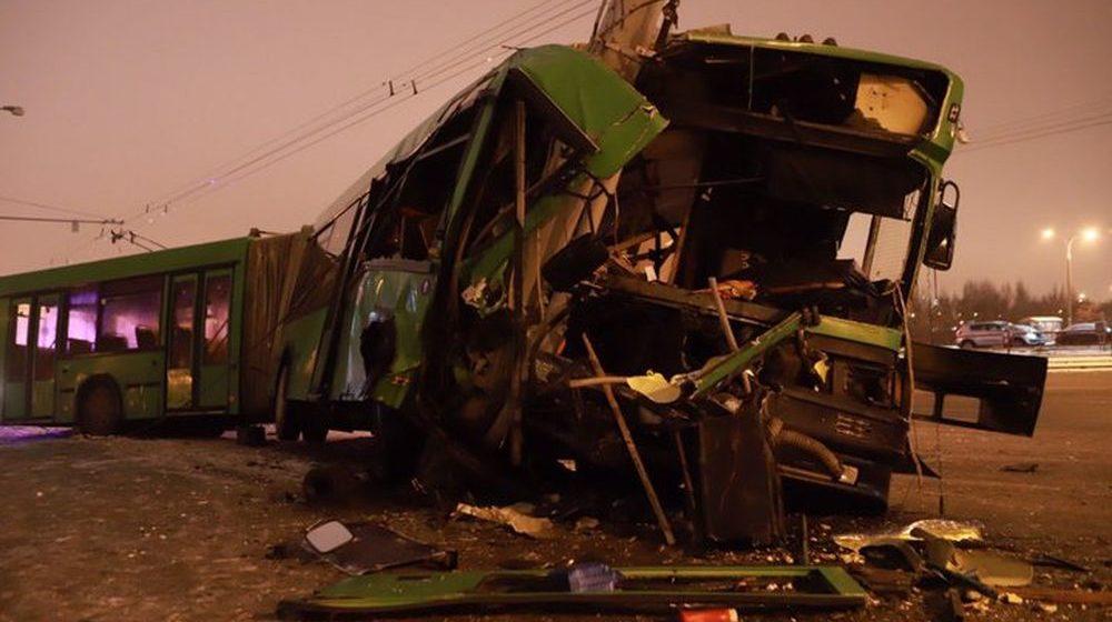 В Минске рейсовый автобус вылетел с дороги и врезался в столб (фото)