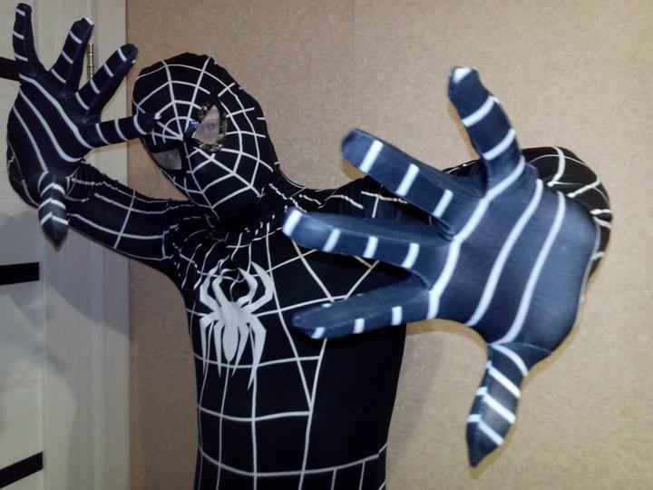 В Москве белорус в костюме Человека-паука спрыгнул с балкона ГУМа и сломал себе ноги