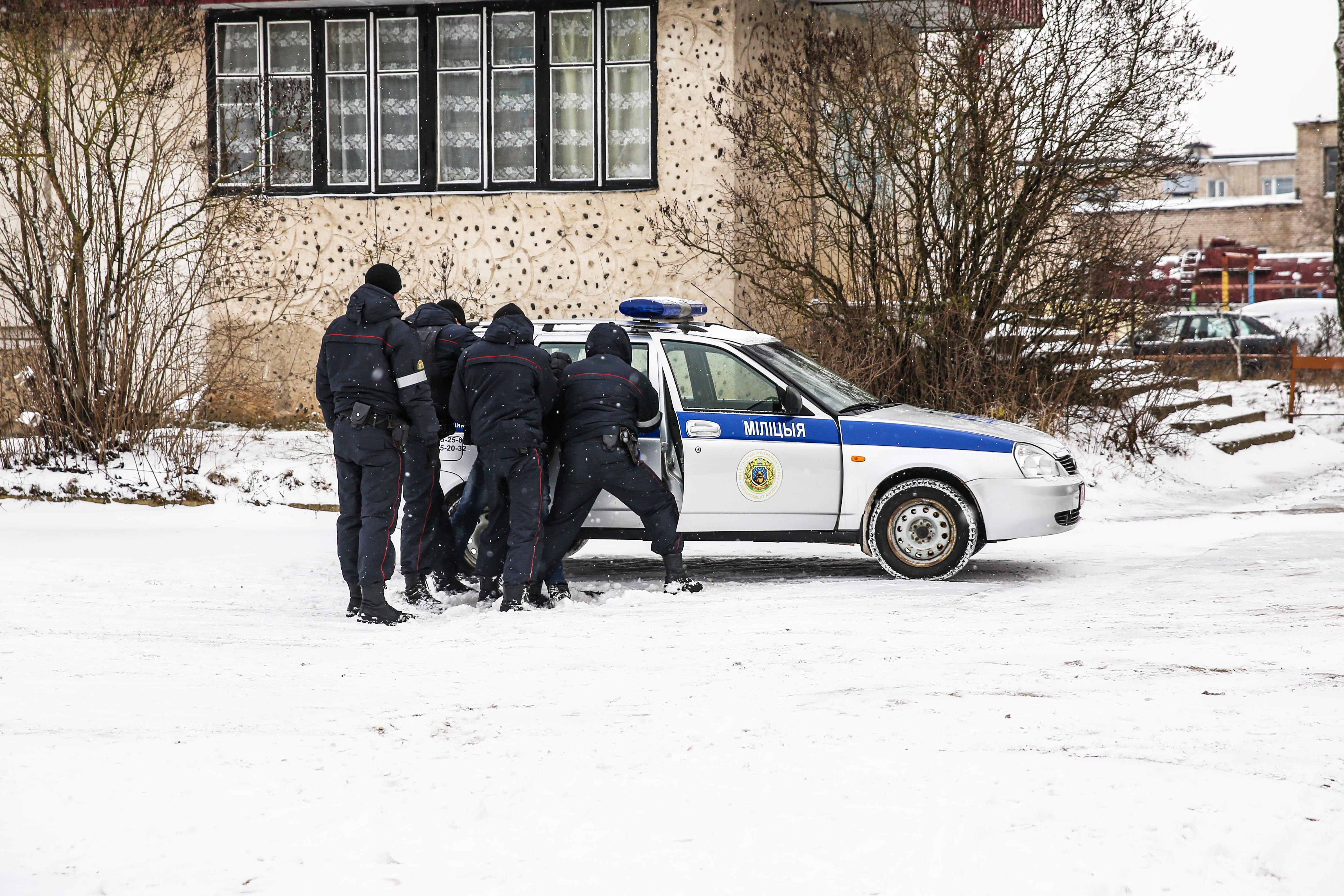 Сотрудники милиции сажают в машину задержанного горожанина, который с гранатой пришел в дом бывшей сожительницы и стал требовать алкоголь. 17 января 2018 года. Фото: Татьяна МАЛЕЖ