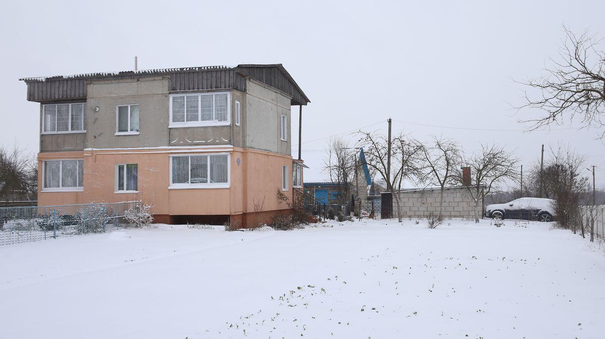 Дом, в котором живет директор консервного завода – обычная советская двухэтажка на две квартиры. Во дворе стоит внедорожник.
