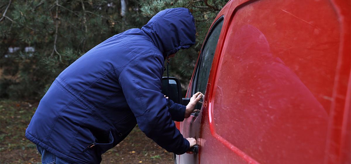 В Барановичах воришка обкрадывал машины, а похищенное дарил друзьям