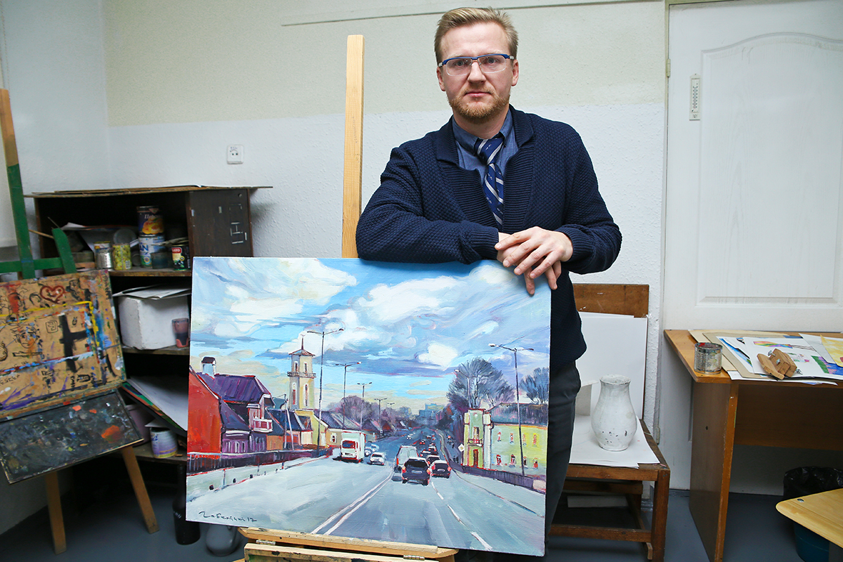 Анатолий Лобковский со своей картиной «Сердце города». Фото: Евгений ТИХАНОВИЧ