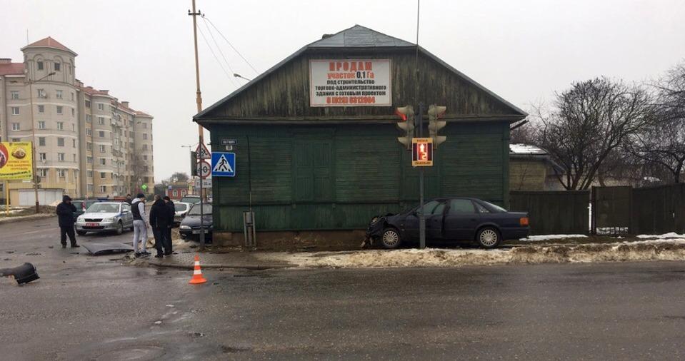 Два автомобиля столкнулись на перекрестке в Барановичах. Пострадали пять человек, из них трое детей