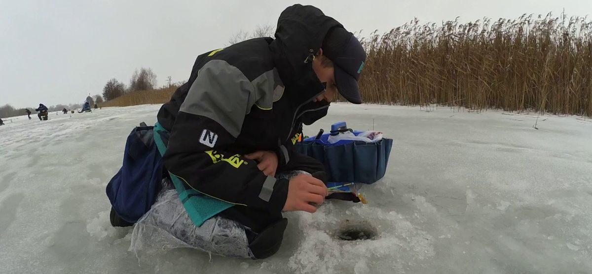 Поклонники зимней рыбалки соревновались в Барановичском районе. Среди них – сын писателя Василя Быкова