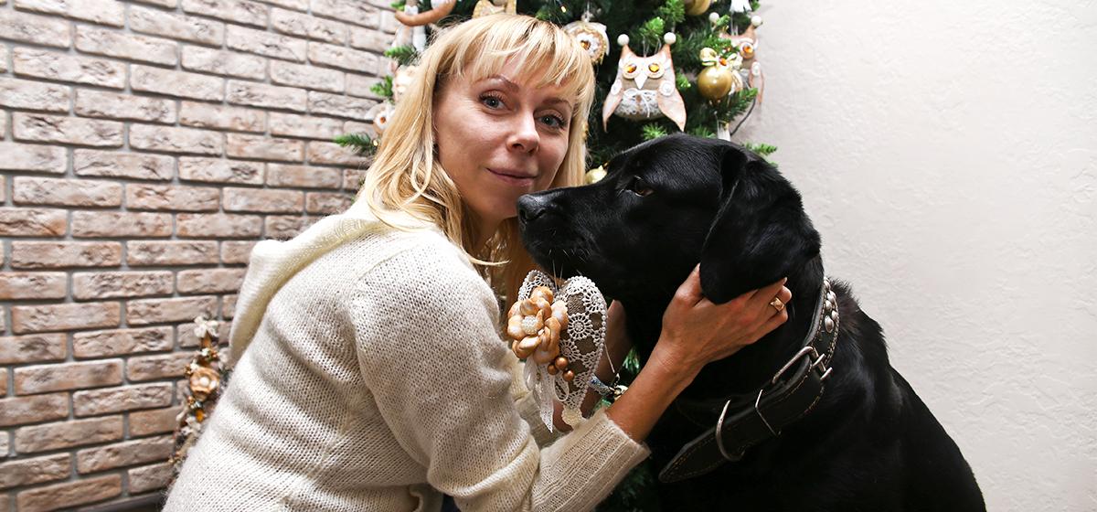 «За ласку и похвалу она готова творить чудеса». Как собака помогает украшать новогоднюю елку в Барановичах (видео)