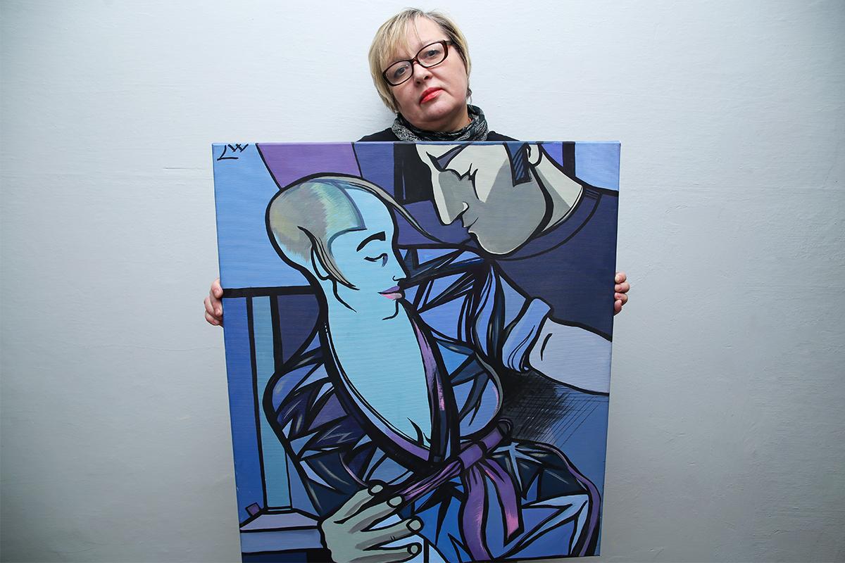Лора Ворошкевич со своей картиной под названием «Любовь». Фото: Евгений ТИХАНОВИЧ