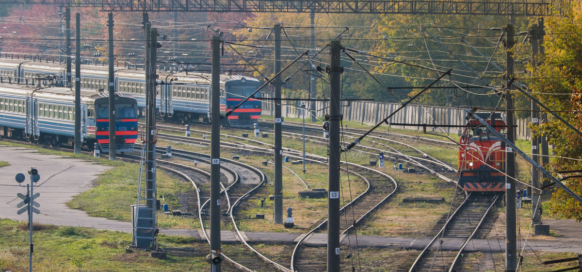 Поезд «Минск-Барановичи» столкнулся с трактором на переезде в Несвижском районе
