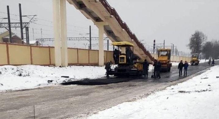 В Жлобине асфальт кладут прямо в снег. Дорожники говорят, что все по технологии