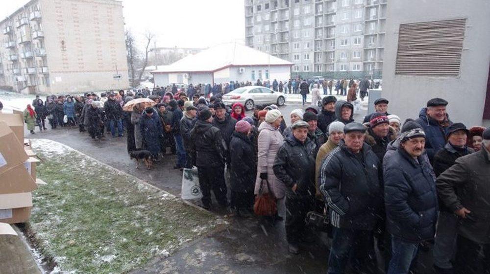 В Солигорске сфотографировали огромную толпу людей, которые стоят за новогодними подарками «Беларуськалия»