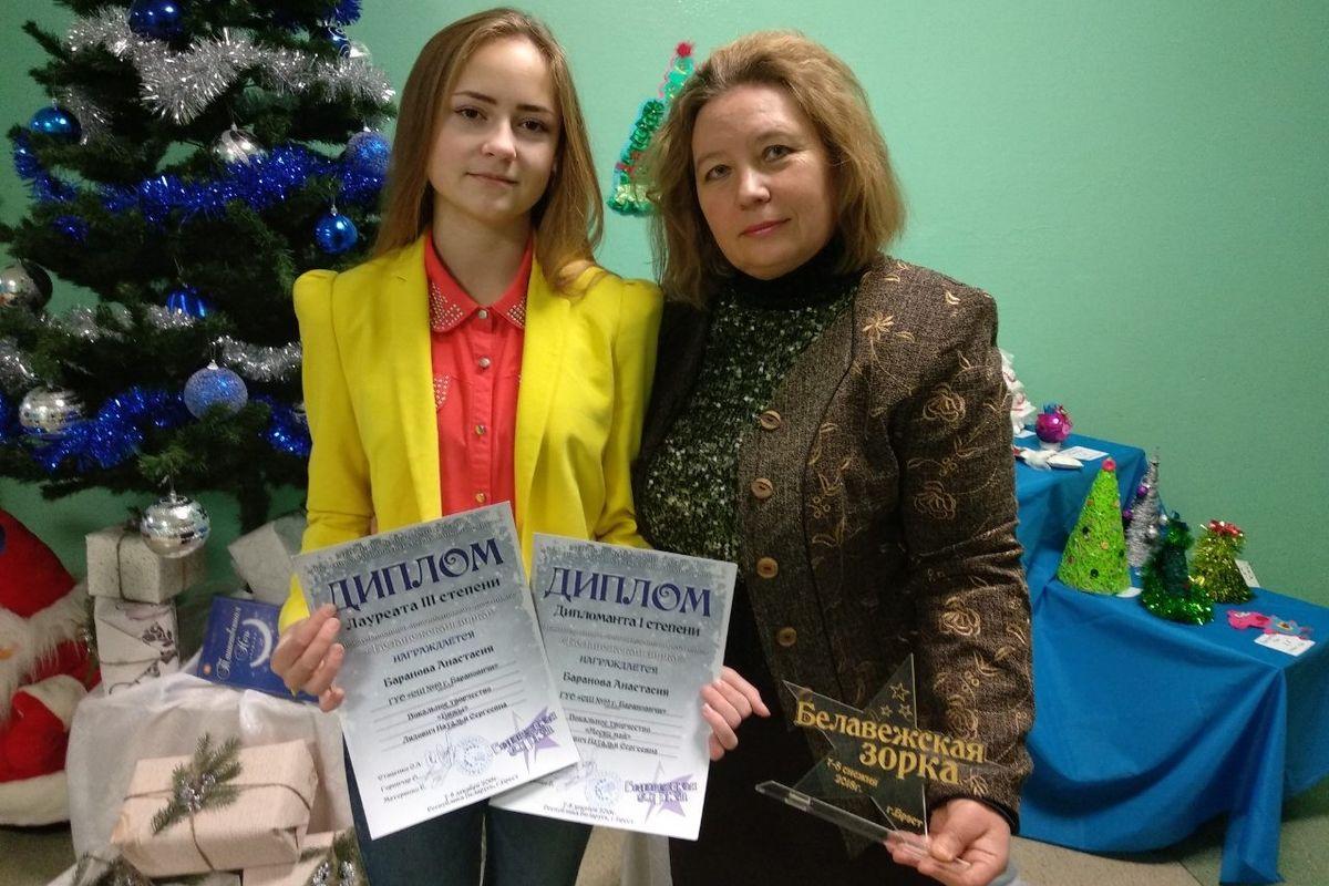"""Анастасия Баранова (слева) стала дипломантом I и III степени, исполнив песни """"Бяжы"""" и """"Месяц май""""."""