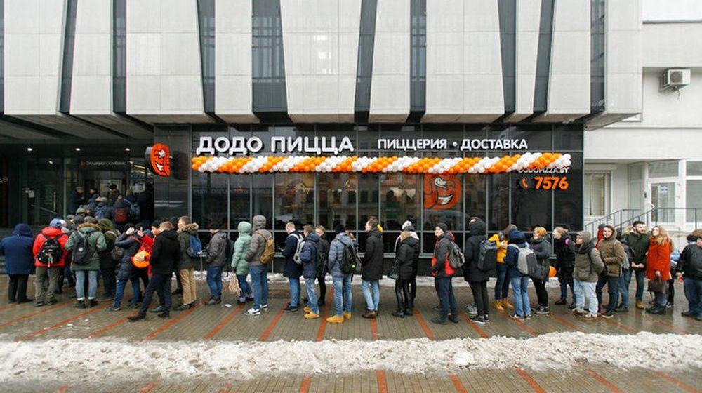 В Минске сфотографировали огромную толпу людей, которые стоят в очереди за пиццей по акции