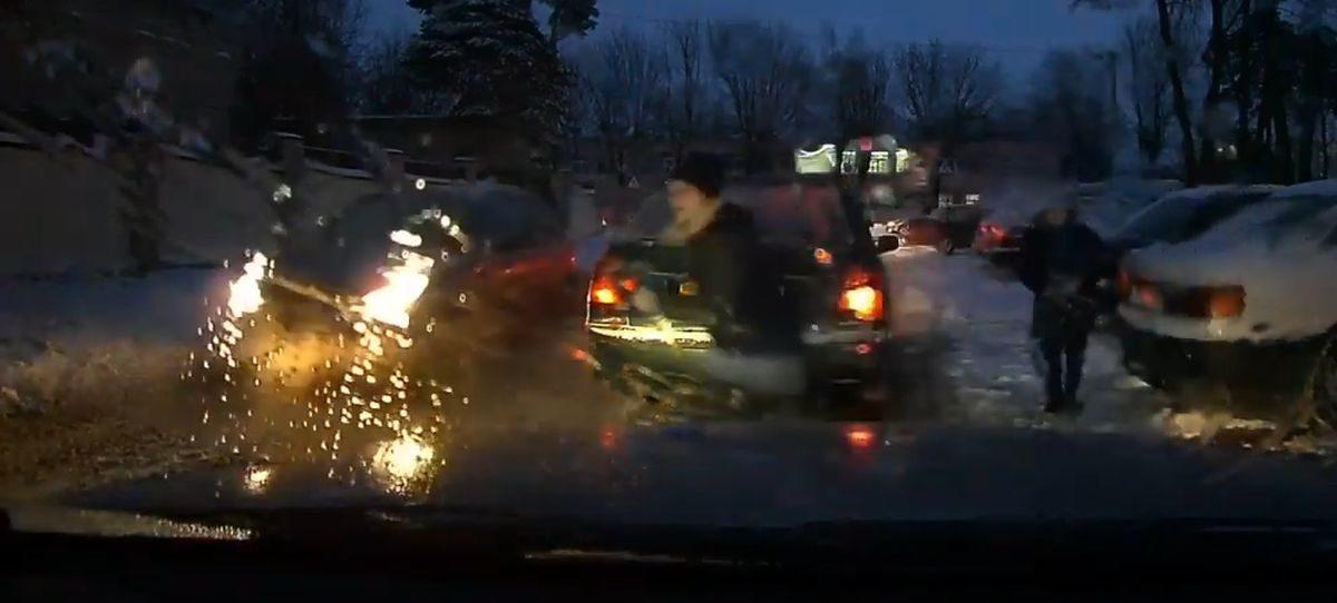 Видеофакт. Школьница выбежала под машину в Барановичах