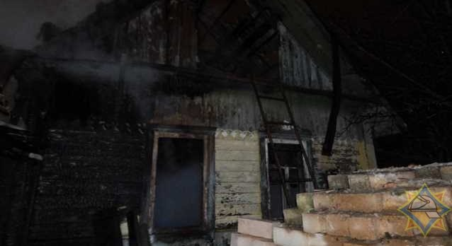 В Орше мужчина спасся из горящего дома, а потом вернулся туда и погиб