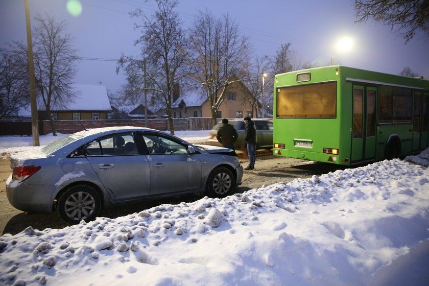 Автобус и Chevrolet столкнулись в Барановичах из-за маневра водителя VW Caddy. Виновник аварии с места ДТП скрылся