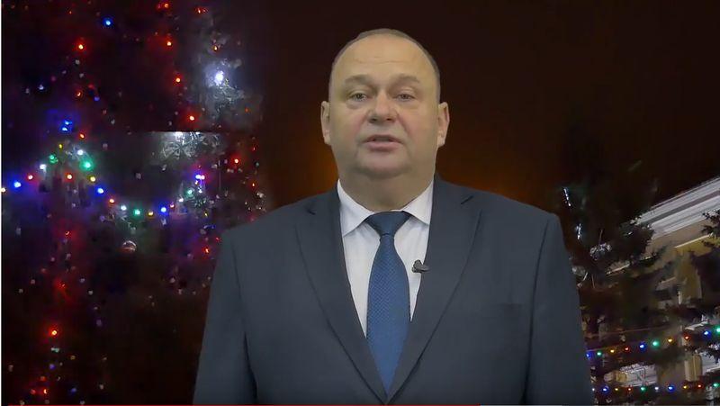 Председатель Барановичского горисполкома Юрий Громаковский во время новогоднего видеообращения в декабре 2017 года.