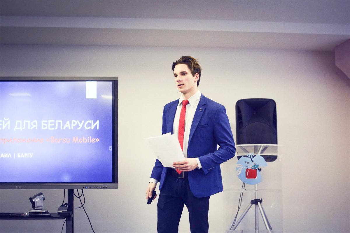 Михаил Ольшевский во время презентации проекта мобильного приложения Barsu.