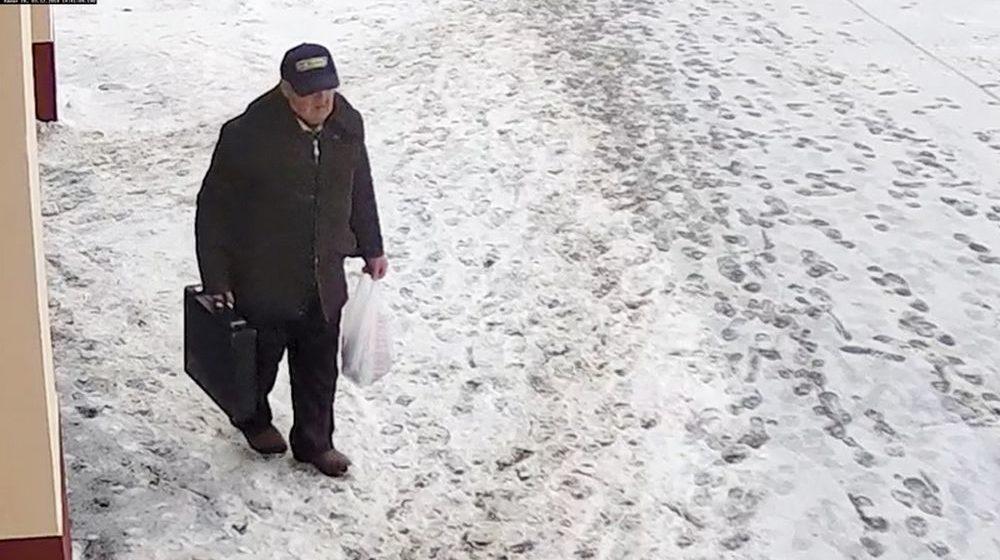 Минская милиция разыскивает неизвестного мужчину, чтобы отдать ему 1500 рублей, которые он забыл в магазине