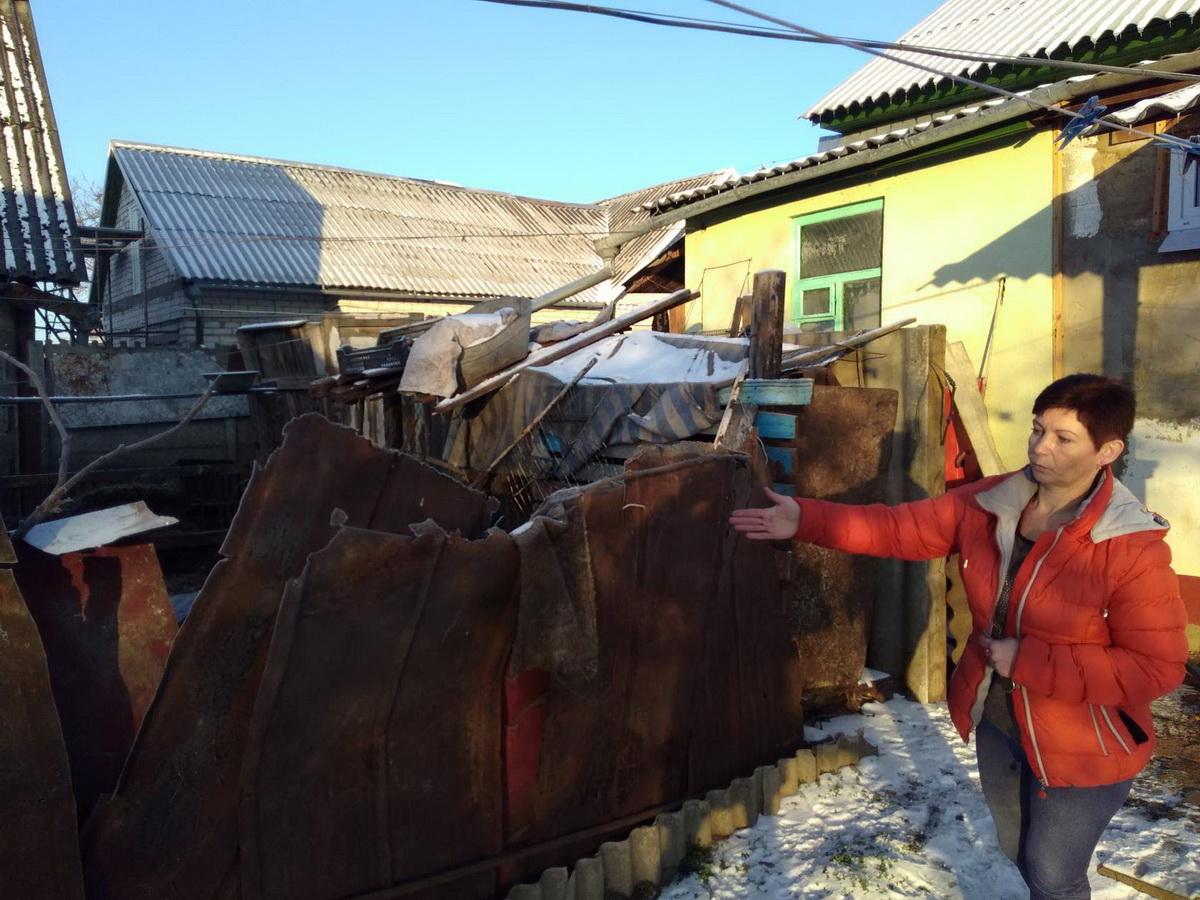 Светлана Станкевич показывает, какой вольер для коз оборудовала ее соседка прямо в середине их общего двора. Фото: Наталья СОЛОМЯНКО