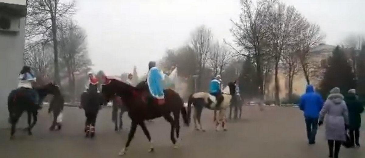 Видеофакт. Эскадрон Снегурочек приехал в Барановичи